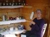 Kräuterfrau Petra Graf mit Salben Tinkturen, Tees aus den getrockneten Kräutern des Gemeinschaftsgartens