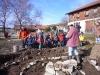 Wald-und Bauernhofkindergarten hilft bei Kräuterspiralbau